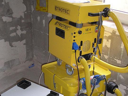 Professionele Trocknungsgeräte für Wasserschäden.